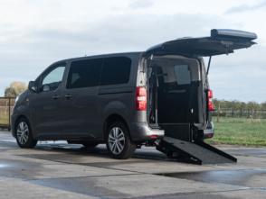 Peugeot Traveller rolstoelbus van Freedom Auto Aanpassingen met oprijplaat omlaag