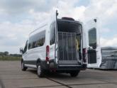 Rolstoellift voor rolstoelbus van Freedom Auto Aanpassingen lift omhoog