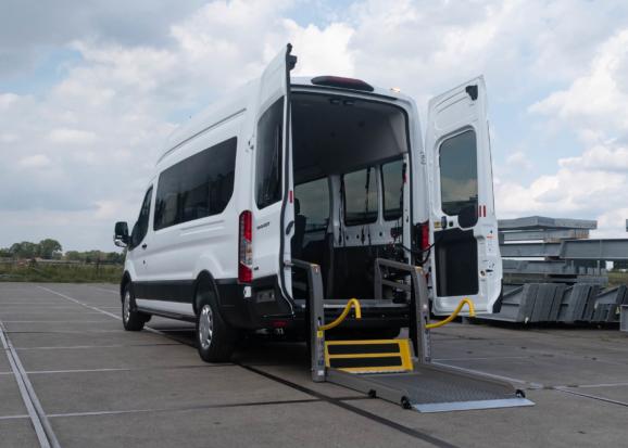 Rolstoellift voor rolstoelbus van Freedom Auto Aanpassingen