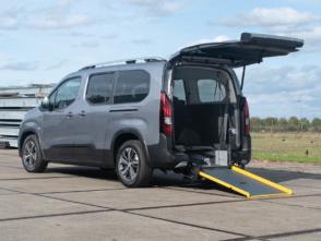 Peugeot Rifter rolstoelauto van Freedom Auto Aanpassingen met achterklep open