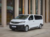 Opel Vivaro rolstoelbus van Freedom Auto Aanpassingen rijdend